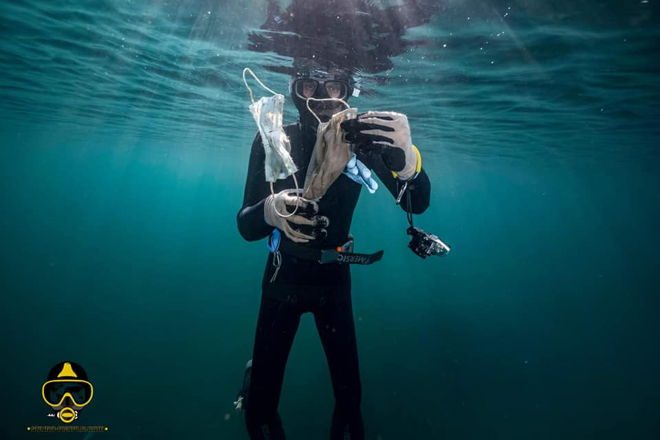 ¿Cómo evitar que las mascarillas y los guantes acaben en el mar?